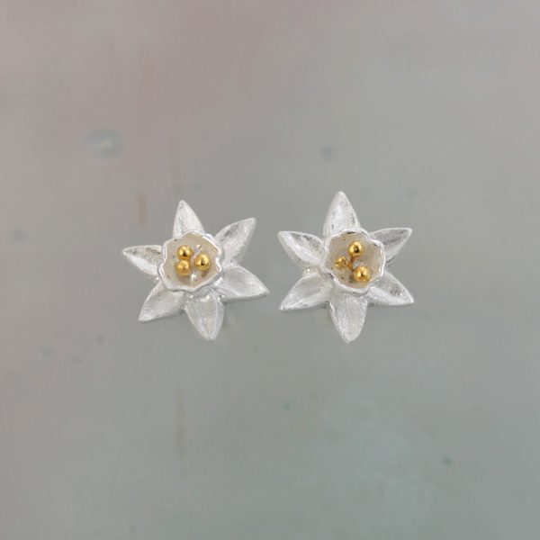 christin ranger tiny silver daffodil flower earrings with gold plated stamens
